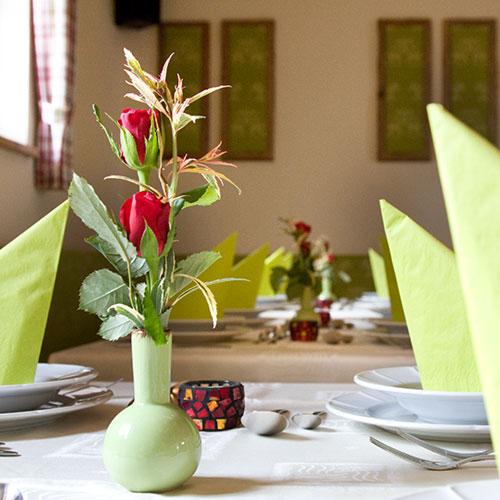 Dekoration des Festsaals für Familienfeiern & Firmenfeiern